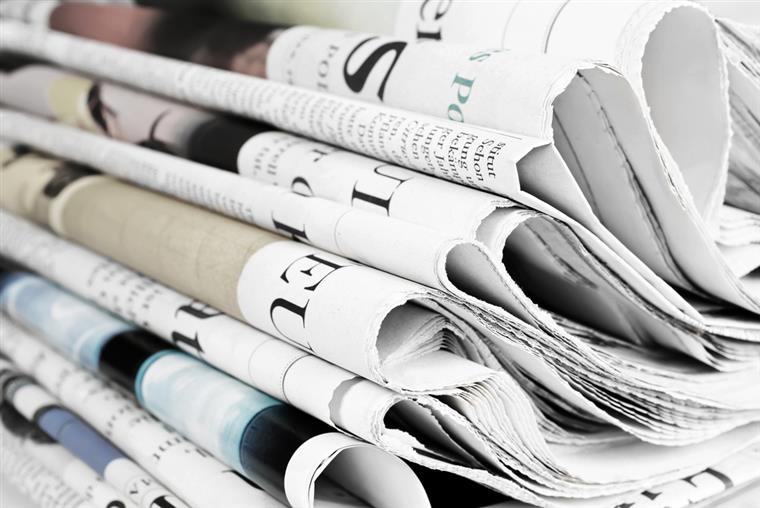 noticieros impresos en papel de periódico y en papel couché
