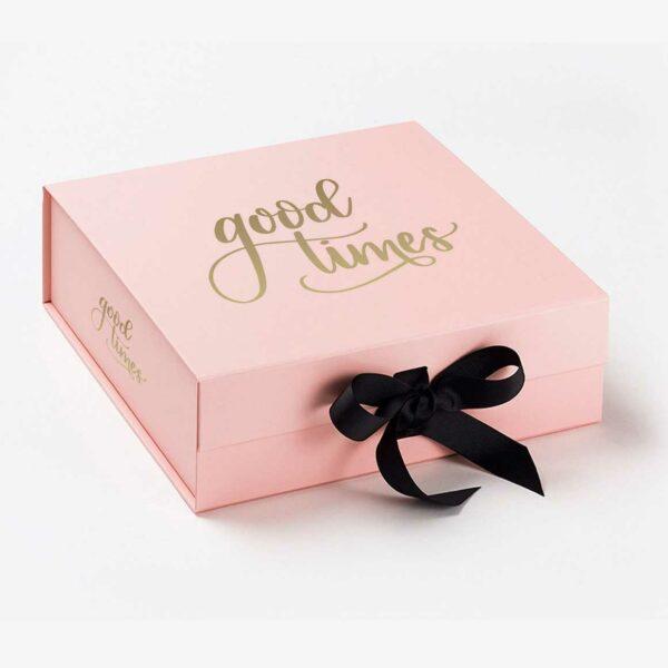 Ejemplo de caja para packaging personalizado para ropa.