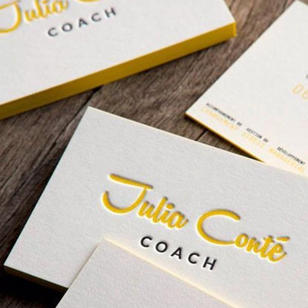 impresión de tarjetas con golpe en seco sobre papel multicapa con centro amarillo