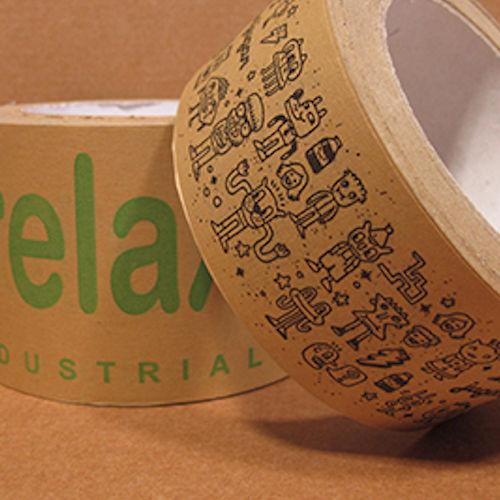 Precinto personalizado de papel craft a una, dos o tres tintas. Con este precinto podrás tener un producto personalizado que al mismo tiempo ofrece un mayor beneficio para el medio ambiente que los precintos plásticos. Pide ahora presupuesto de cinta adhesiva de papel con el logotipo de tu empresa.