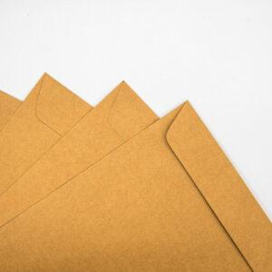 Impresión de sobres kraft personalizados para empresas y negocios.